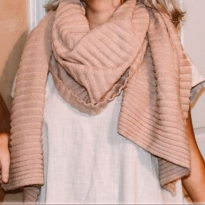 Light pink ribbed blanket scarf